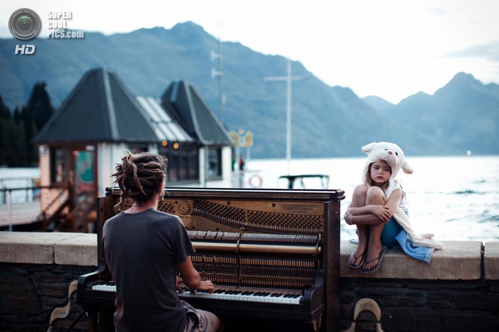 Достойный победы: Игра на фортепиано на закате. «Улицы Квинстауна, Новая Зеландия, в конце очередного дня, наполненного адреналином. Спокойная и меланхолическая сцена под аккомпанемент фортепиано». (Nikola Smernic/National Geographic Traveler Photo Contest)