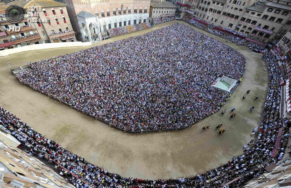 Италия. Сиена. 16 августа. Общий вид на площадь дель Кампо во время забега. (REUTERS/Stefano Rellandini)