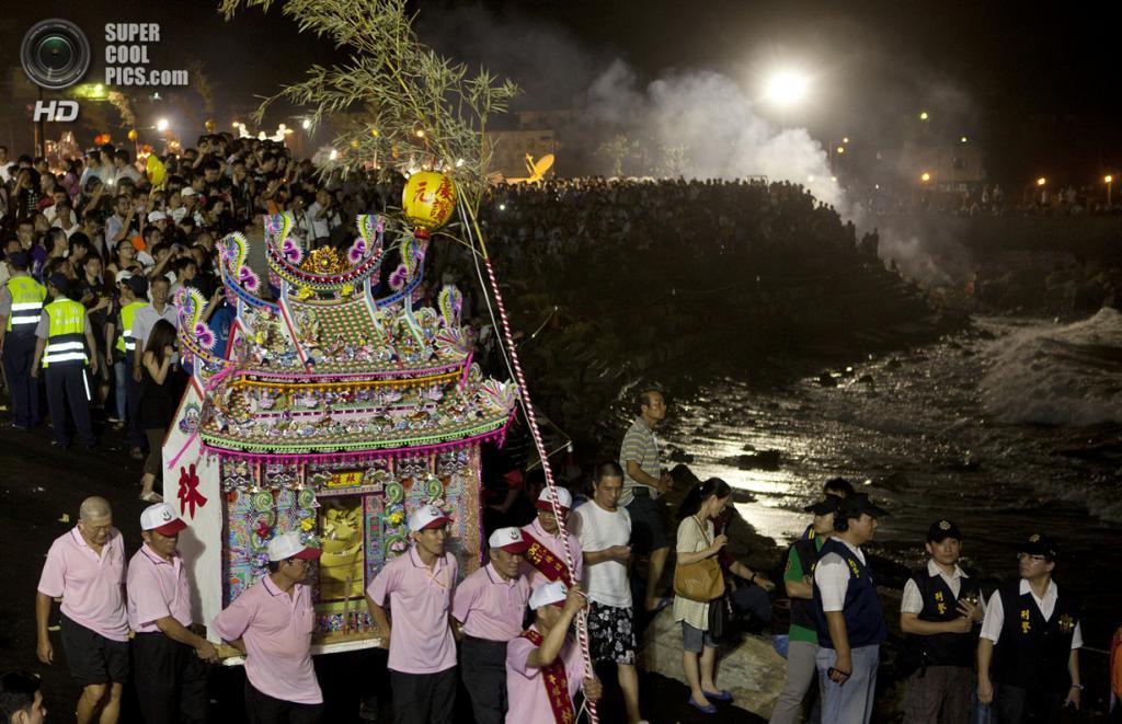 Тайвань. Цзилун. 20 августа. Фестиваль голодных духов. (Ashley Pon/Getty Images)