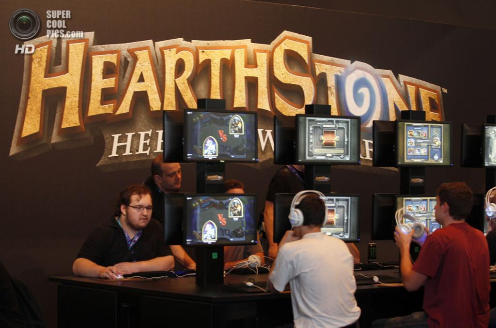 Германия. Кёльн, Северный Рейн — Вестфалия. 21 августа. Посетители Gamescom 2013 рубятся в карточную онлайн-игру «Hearthstone: Heroes of Warcraft». (REUTERS/Ina Fassbender)