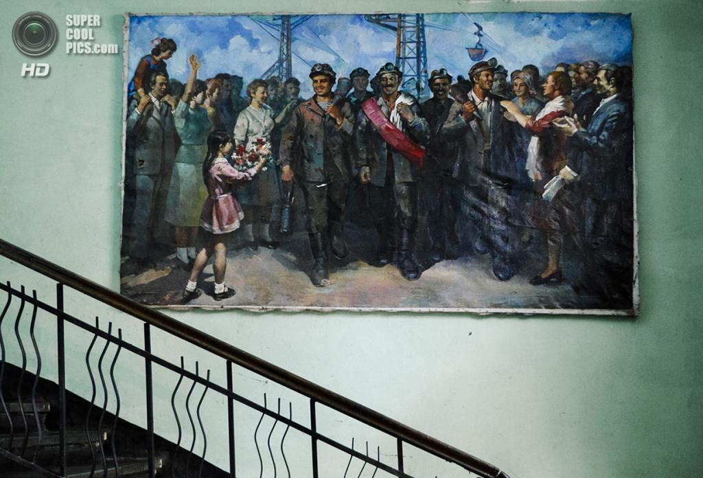 Грузия. Чиатура, Имеретия. «Чиатурские шахтёры» — картина в духе социалистического реализма. (Amos Chapple)