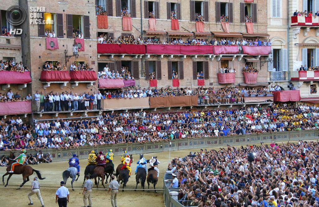 Италия. Сиена. 16 августа. Во время Сиенского Палио. (Fabio Muzzi/Getty Images)