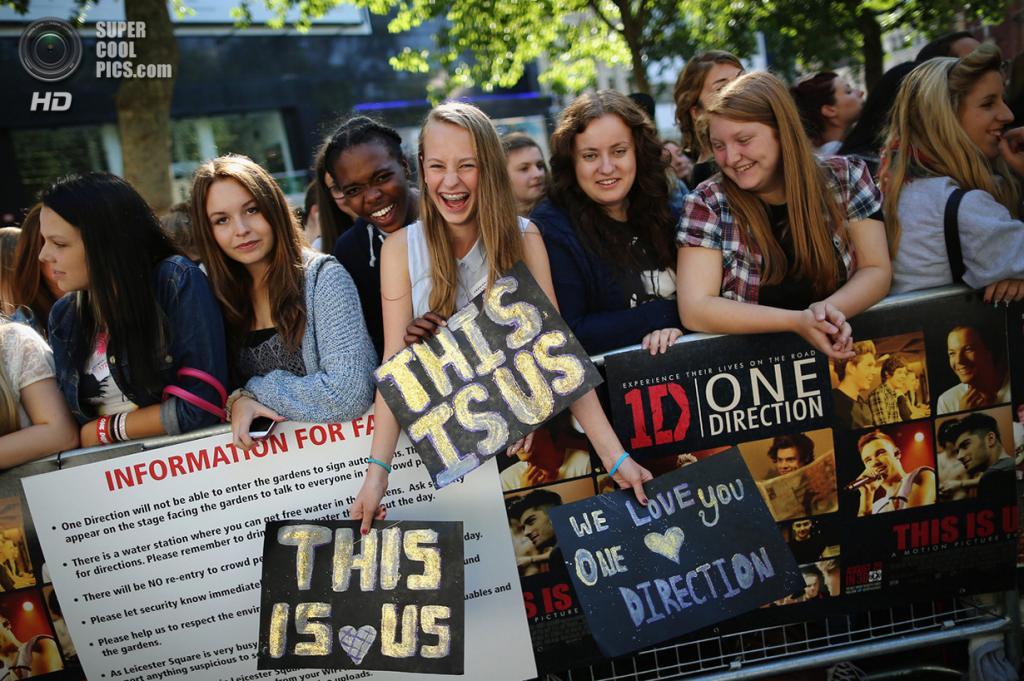 Великобритания. Лондон. 20 августа. Фанаты во время премьеры фильма «One Direction: Это мы» на площади Лестер-сквер. (Dan Kitwood/Getty Images)