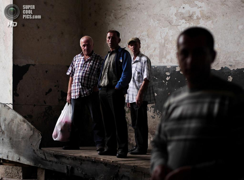 Грузия. Чиатура, Имеретия. Местные жители в ожидании подвесного вагончика на центральном вокзале. (Amos Chapple)
