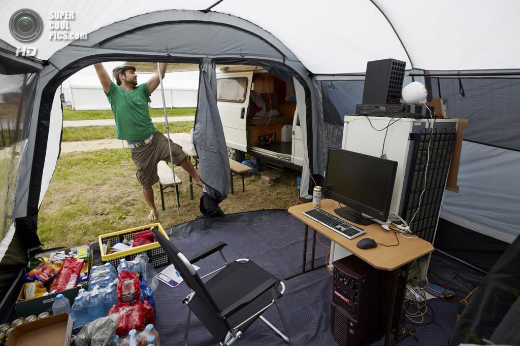 Нидерланды. Норд-Схарвауде, Северная Голландия. 31 июля. На хакерском фестивале OHM2013, который проводится раз в четыре года на открытом воздухе. (ANP/Martijn Beekman)