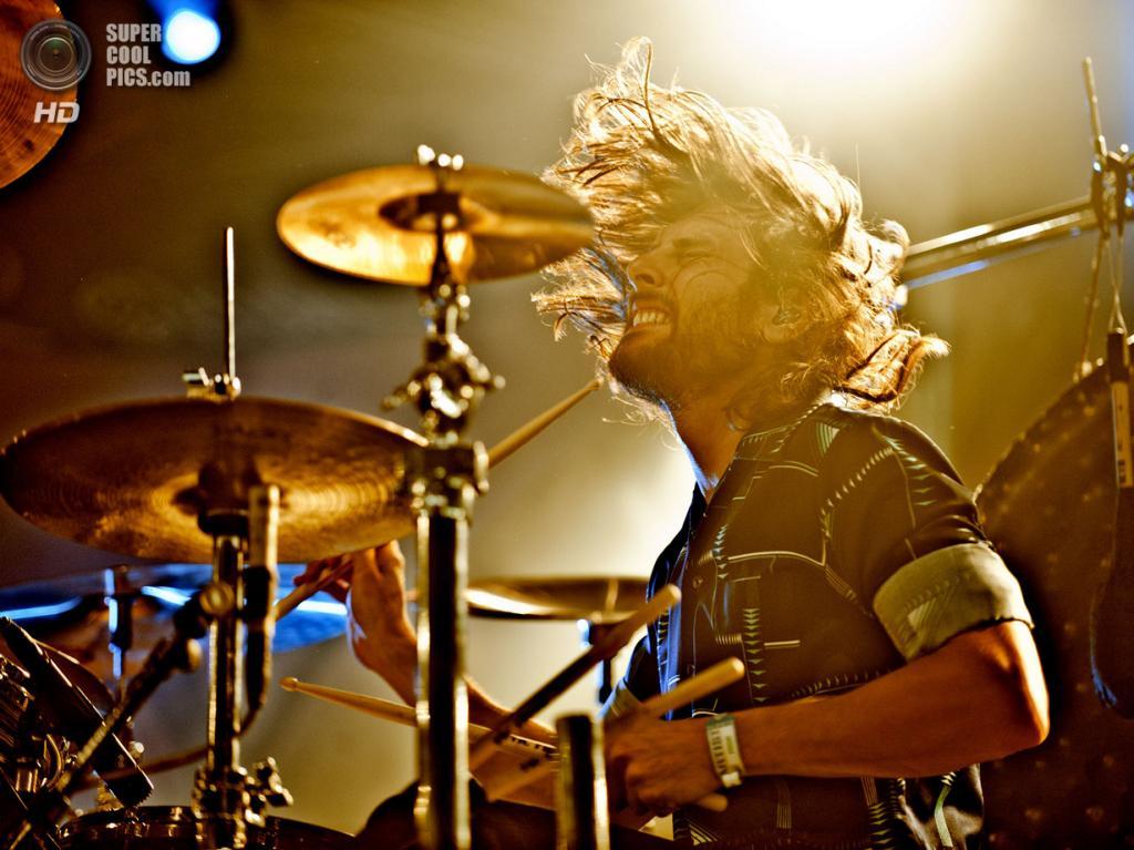 Нидерланды. Биддингхёйзен, Флеволанд. 16 августа. Барабанщик валлийской рок-группы The Joy Formidable Мэтт Томас. (NRC/Andreas Terlaak)
