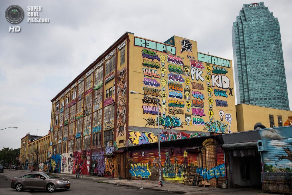 США. Нью-Йорк. 9 августа. Мекка граффити — здание 5 Pointz в районе Лонг-Айленд-Сити в Куинсе, которое собираются снести для строительства жилых многоэтажек. (ANDREW BURTON/AFP/Getty Images)