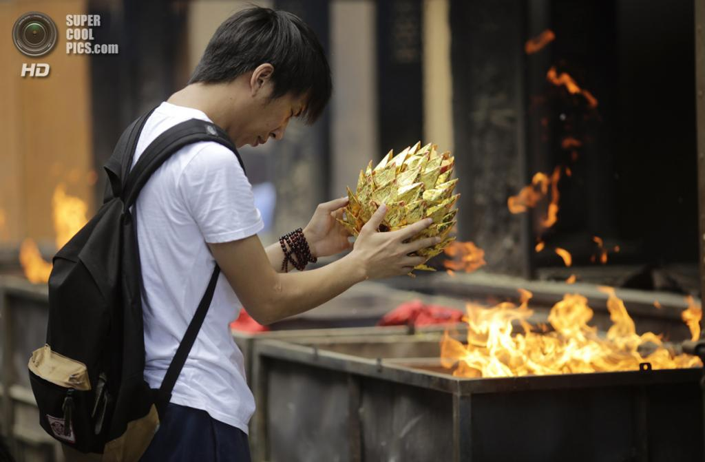 Китай, Шанхай. 21 августа. Фестиваль голодных духов. (AP Photo/Eugene Hoshiko)