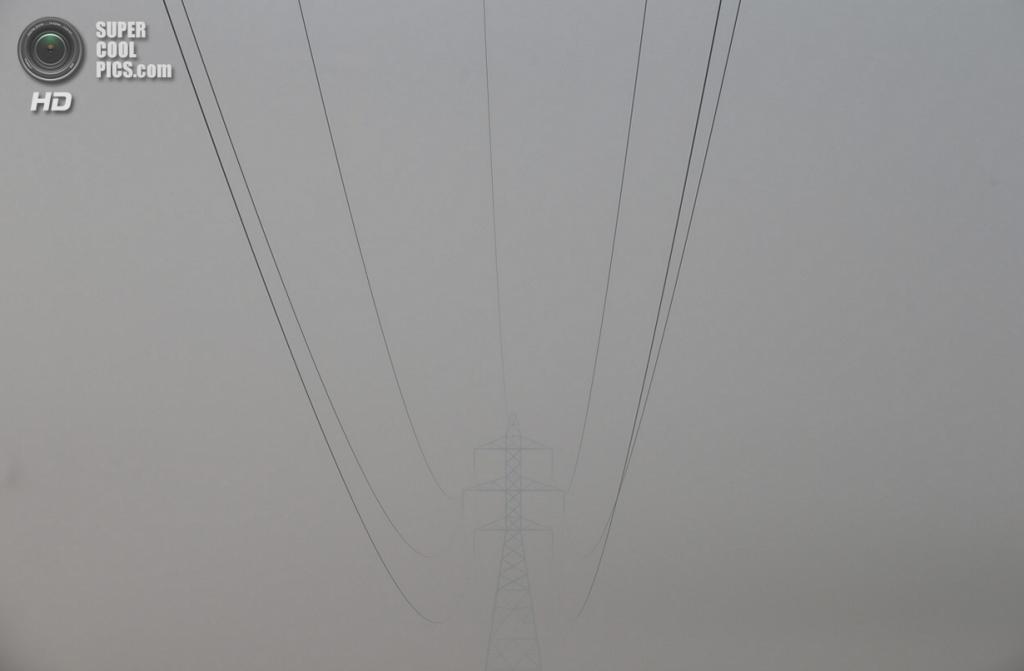 США. Гровленд, Калифорния. 25 августа. Линии электропередачи, окутанные дымом. (AP Photo/Jae C. Hong)