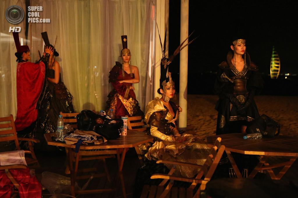 Китай. Ордос, Внутренняя Монголия. 21 июля. Модели, одетые в костюмы с монгольскими мотивами, готовятся к участию в ритуальной церемонии. (Feng Li/Getty Images)