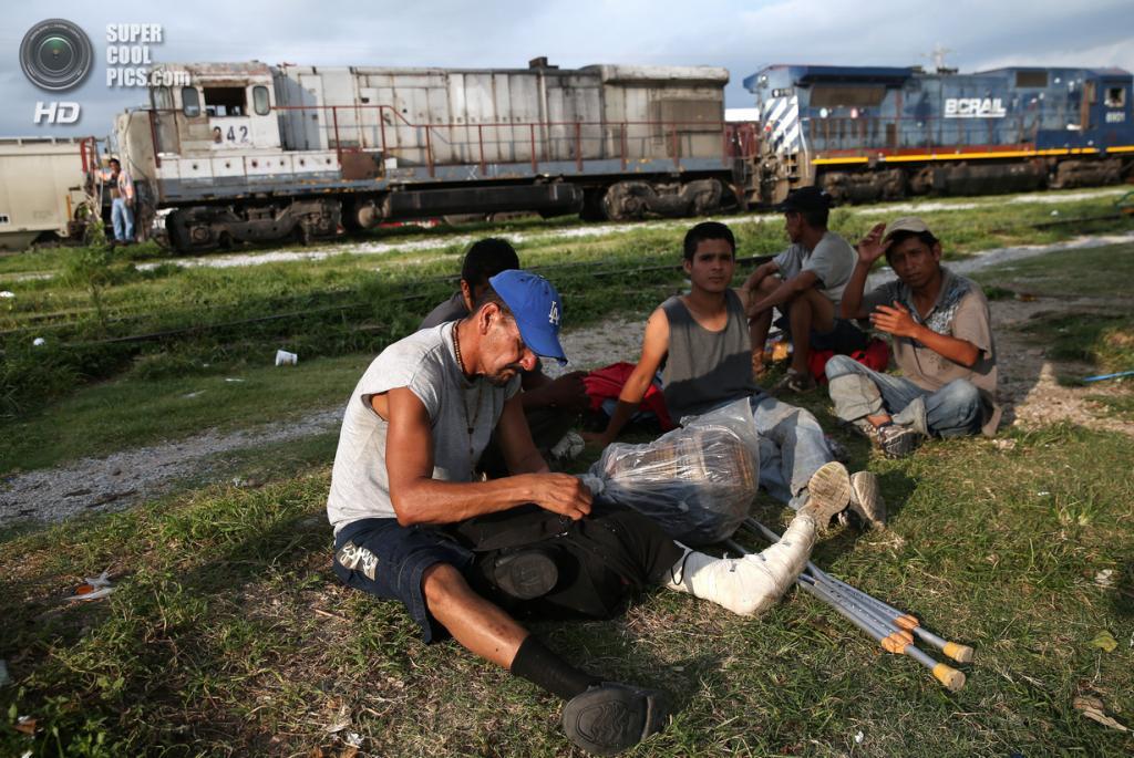Мексика. Арриага, Чьяпас. 4 августа. Гватемальские нелегальные иммигранты готовятся к посадке на грузовой поезд, направляющийся на север. (John Moore/Getty Images)