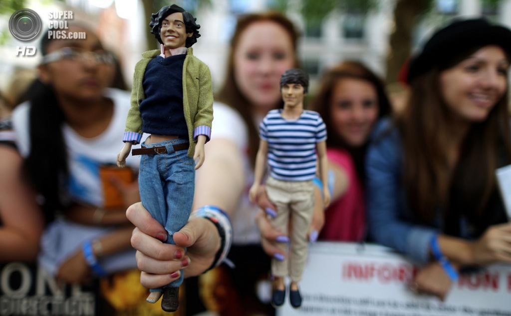 Великобритания. Лондон. 20 августа. Фанаты во время премьеры фильма «One Direction: Это мы» на площади Лестер-сквер. (ANDREW COWIE/AFP/Getty Images)
