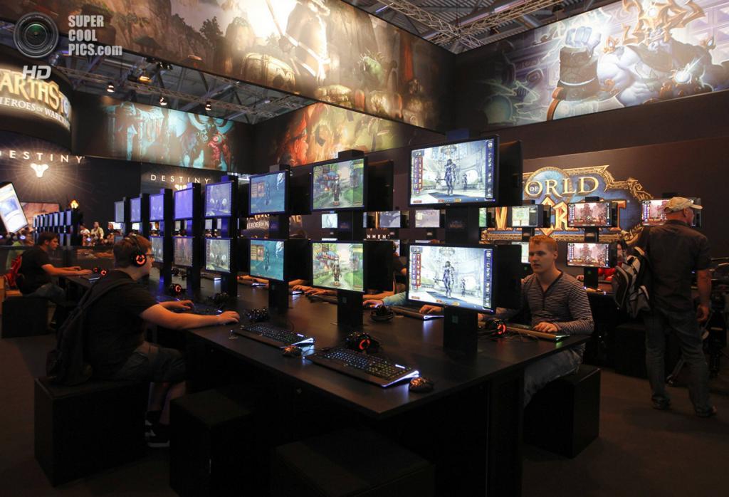 Германия. Кёльн, Северный Рейн — Вестфалия. 21 августа. Посетители Gamescom 2013 рубятся в нестареющий «World of Warcraft». (REUTERS/Ina Fassbender)