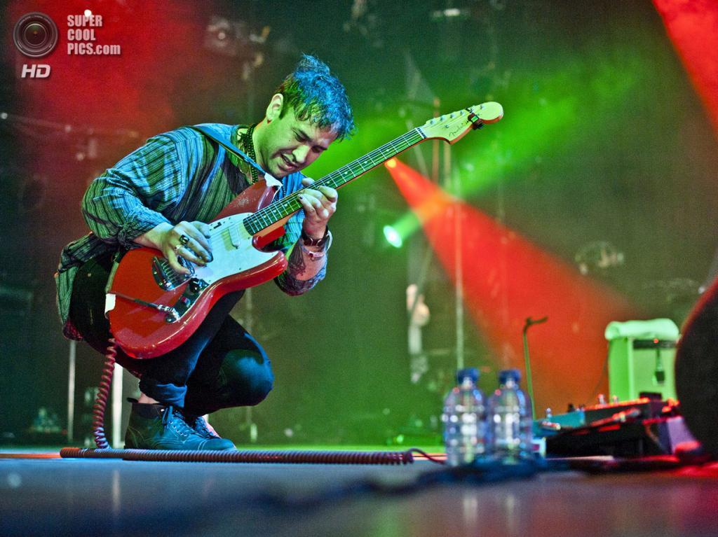 Нидерланды. Биддингхёйзен, Флеволанд. 17 августа. Фронтмен американско-новозеландской рок-группы Unknown Mortal Orchestra Рубан Нильсен. (NRC/Andreas Terlaak)