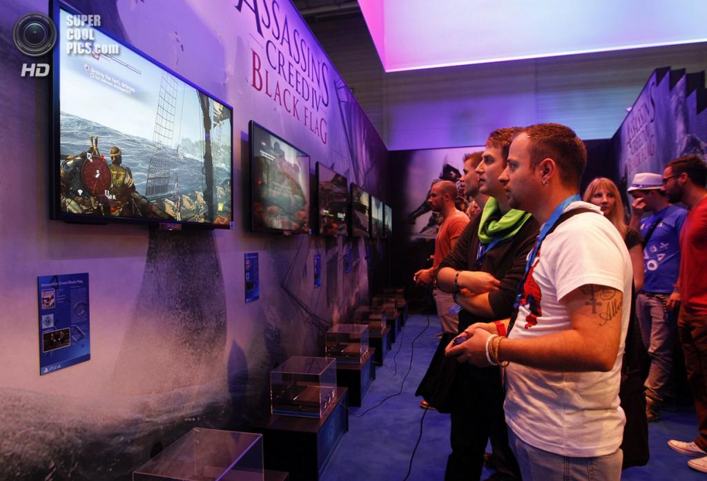 Германия. Кёльн, Северный Рейн — Вестфалия. 21 августа. Посетители Gamescom 2013 рубятся в экшн «Assassin's Creed IV: Black Flag» на PlayStation 4. (REUTERS/Ina Fassbender)