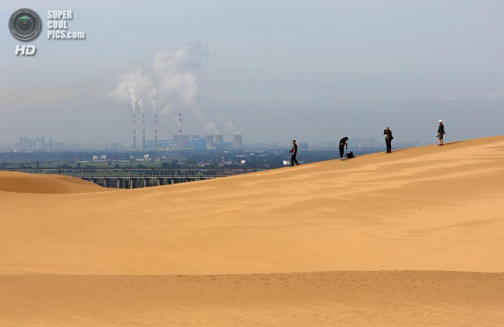 Китай. Ордос, Внутренняя Монголия. 17 июля. Вид с пустыни на город. (Feng Li/Getty Images)