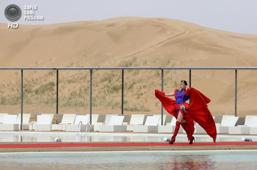 Китай. Ордос, Внутренняя Монголия. 18 июля. Показ мод у бассейна на территории гостиницы Desert Lotus Hotel. (Feng Li/Getty Images)
