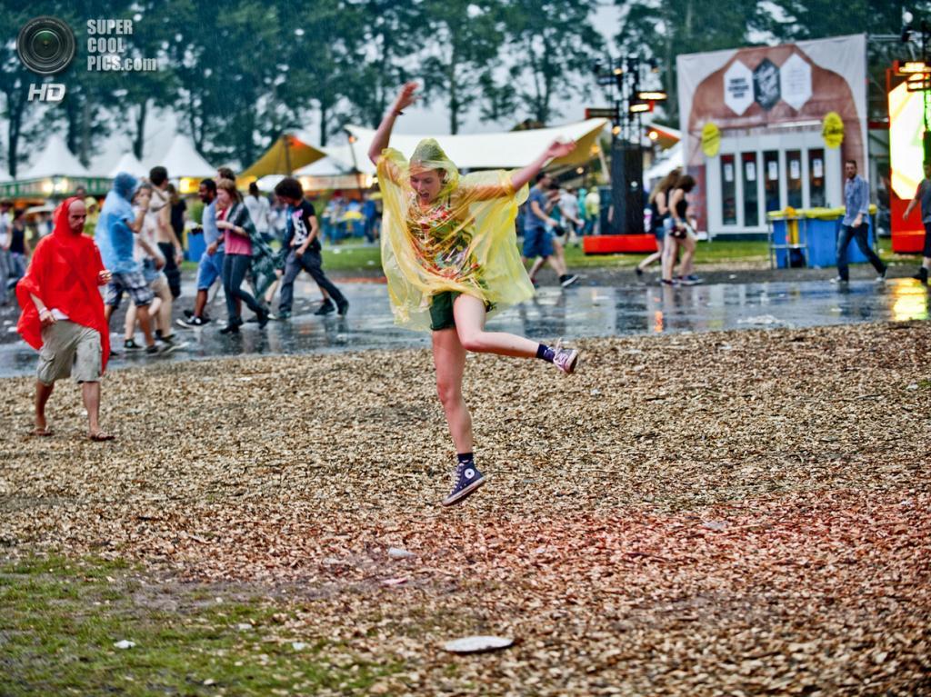 Нидерланды. Биддингхёйзен, Флеволанд. 16 августа. Пьяные танцы под дождём. (NRC/Andreas Terlaak)