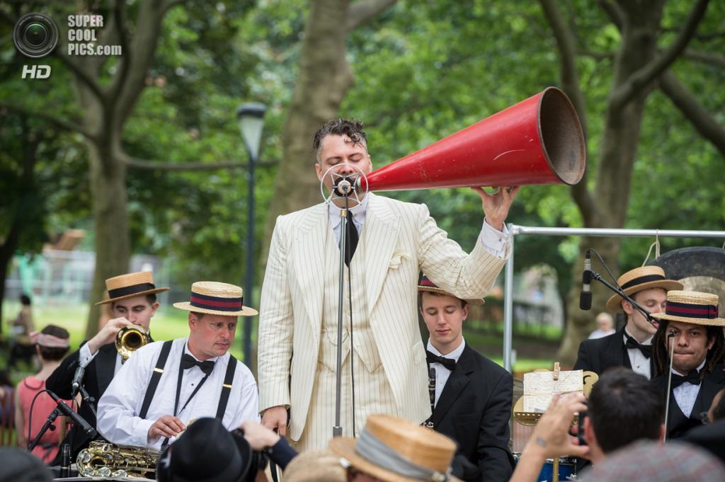 США. Нью-Йорк. Во время фестиваля Jazz Age Lawn Party на Губернаторском острове. (Filip Wolak)