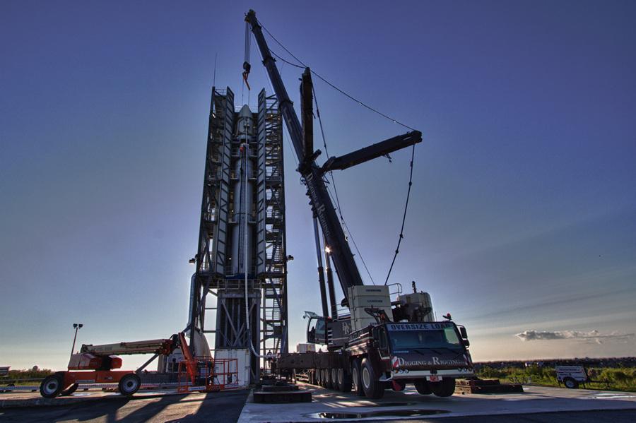 США. Моффетт, Калифорния. Космический аппарат LADEE в носовой части ракеты-носителя Минотавр-5 на стартовой площадке. (NASA Wallops/Terry Zaperach)
