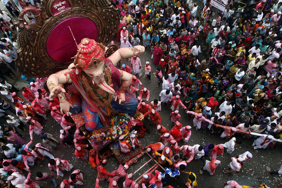 Индия. Мумбаи, Махараштра. 18 сентября. Во время фестиваля Ганеша-чатуртхи. (AP Photo/Rajanish Kakade)