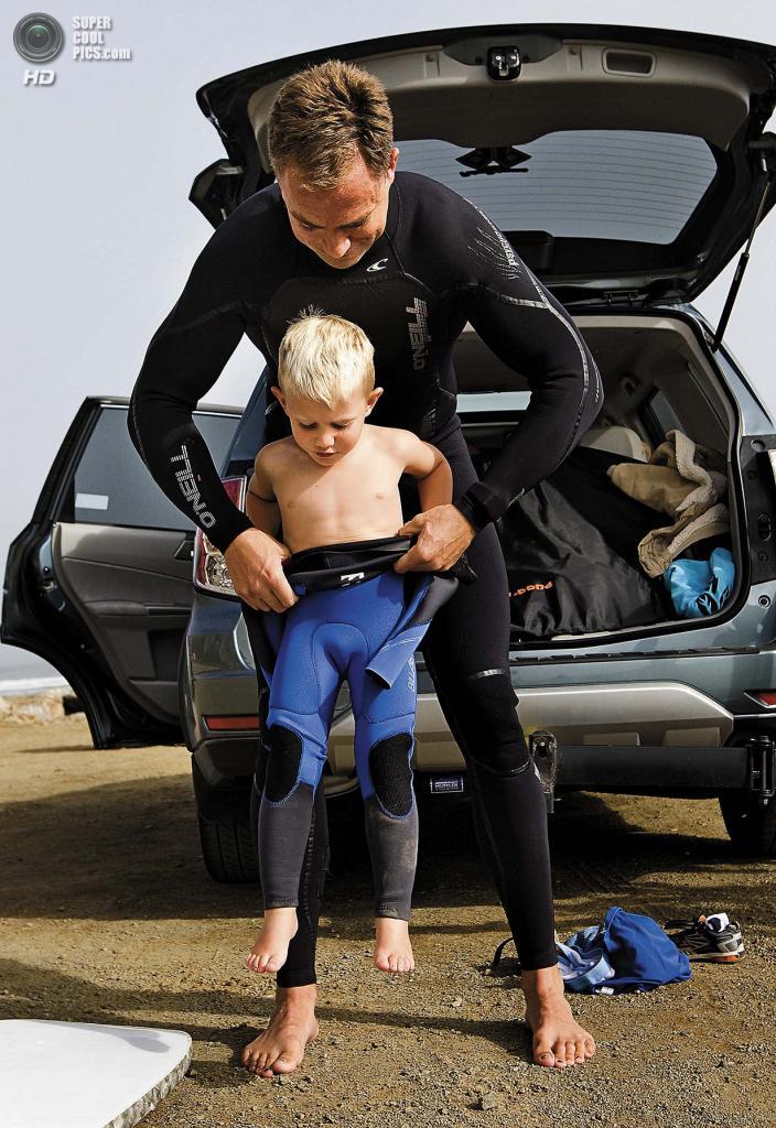 США. Морро-Бэй, Калифорния. 29 августа. Трёхлетний сёрфер Тристон Гейли с отцом. (Joe Johnston/The Tribune of San Luis Obispo)