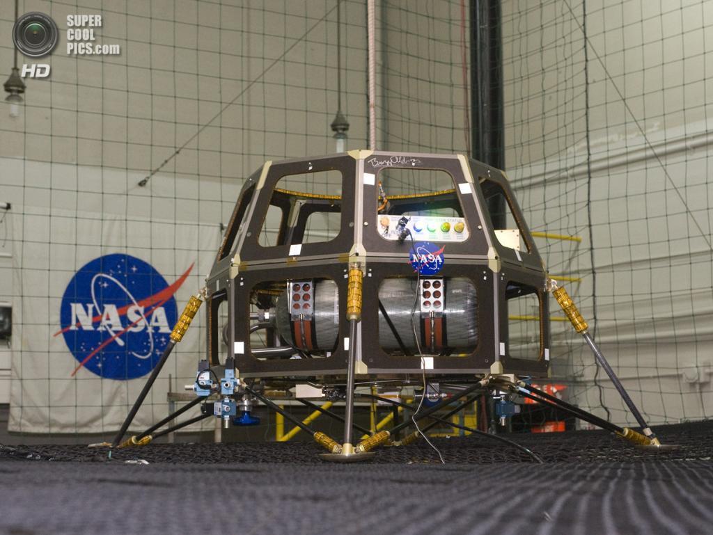 США. Моффетт, Калифорния. Модульный космический аппарат MCSB, призванный заменить более дорогие аппараты во время начальных испытаний. Он стал прототипом LADEE. (NASA/Ames/Eric James)