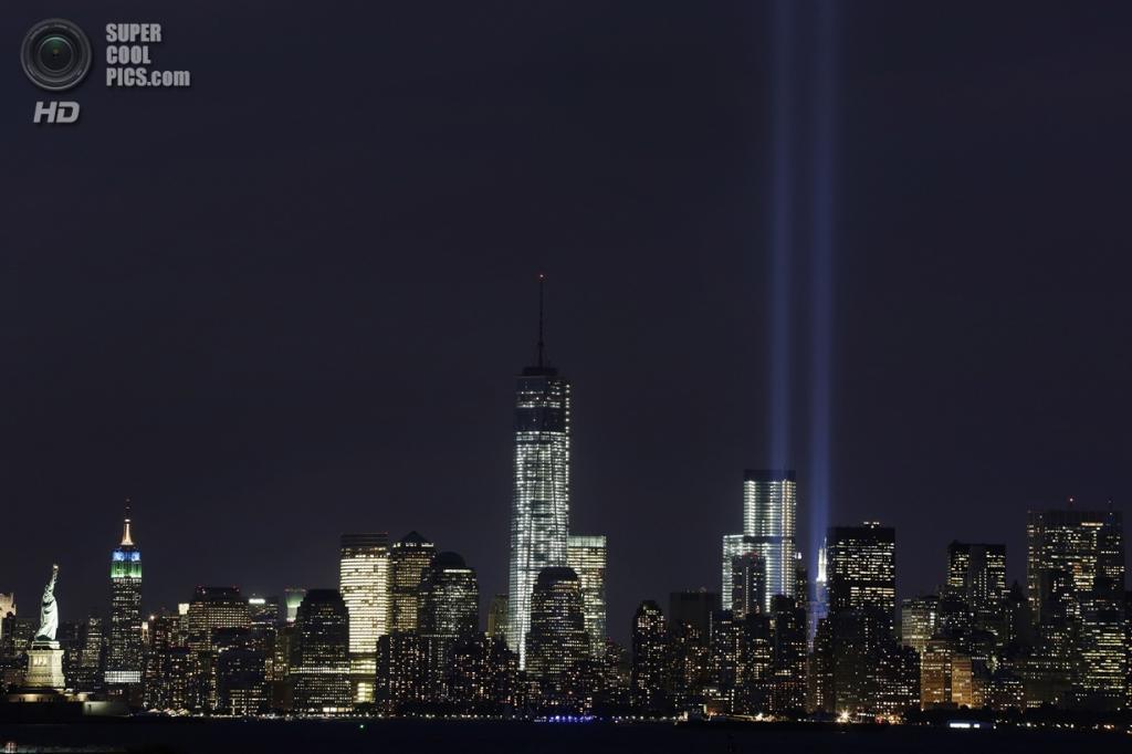 США. Нью-Йорк. 11 сентября. Световые лучиинтерпретирующие разрушенные башни-близнецы. (Foto AP / Mark Lennihan)