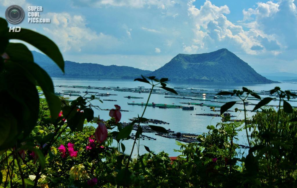 Филиппины. Батангас. Вулкан Тааль и близлежащее озеро. (Rolex Beltran)
