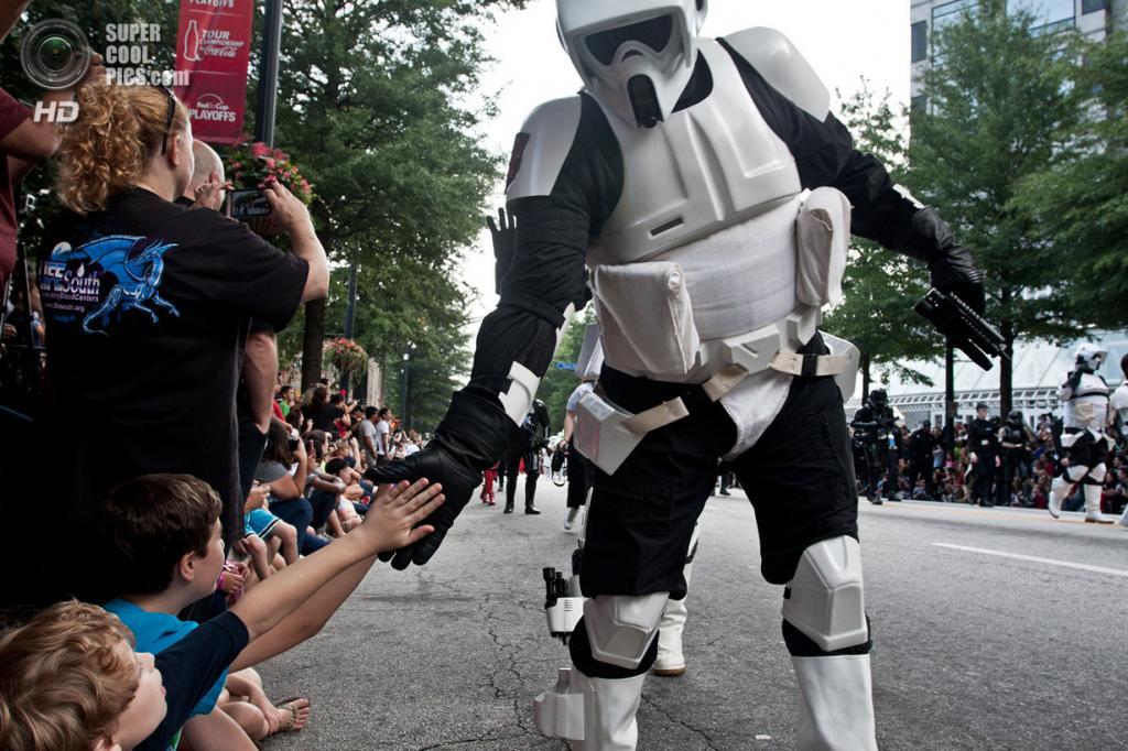 США. Атланта, Джорджия. 31 августа. Имперский штурмовик приветствует детей на ежегодном съезде фанатов научной фантастики и фэнтези Dragon Con. (AP Photo/Ron Harris)
