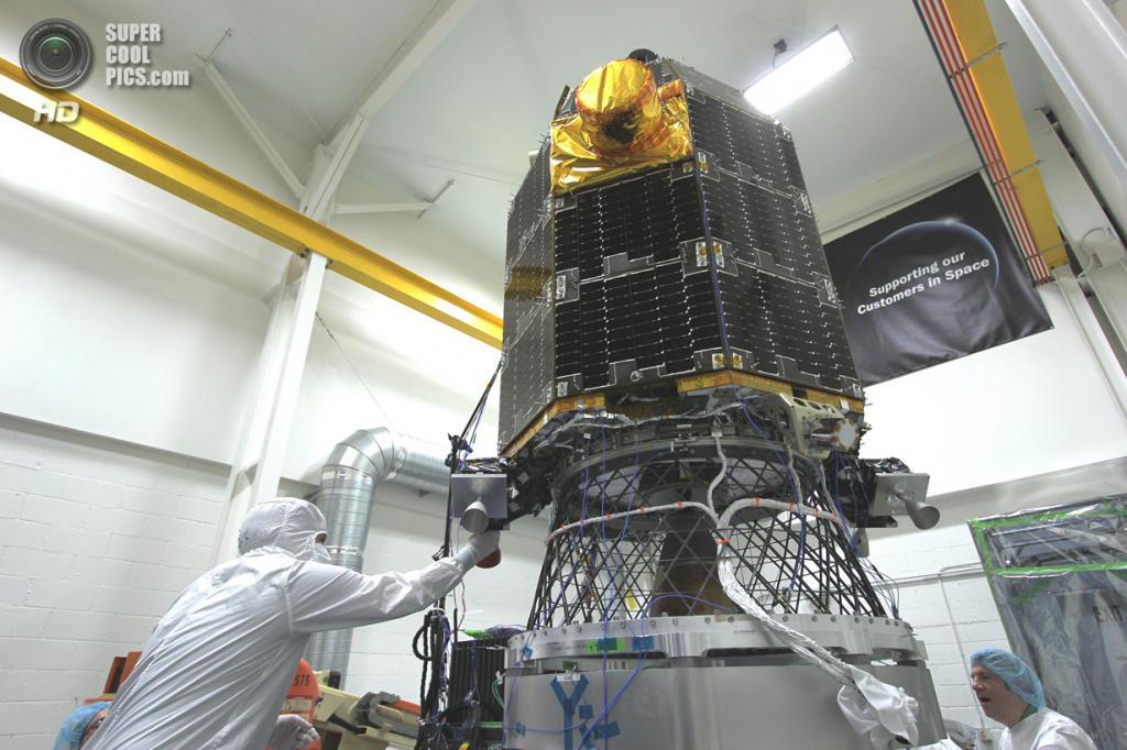 США. Моффетт, Калифорния. Инженеры Исследовательского центра Эймса готовят космический аппарат LADEE к вибрационным тестам. (NASA/Ames Research Center)