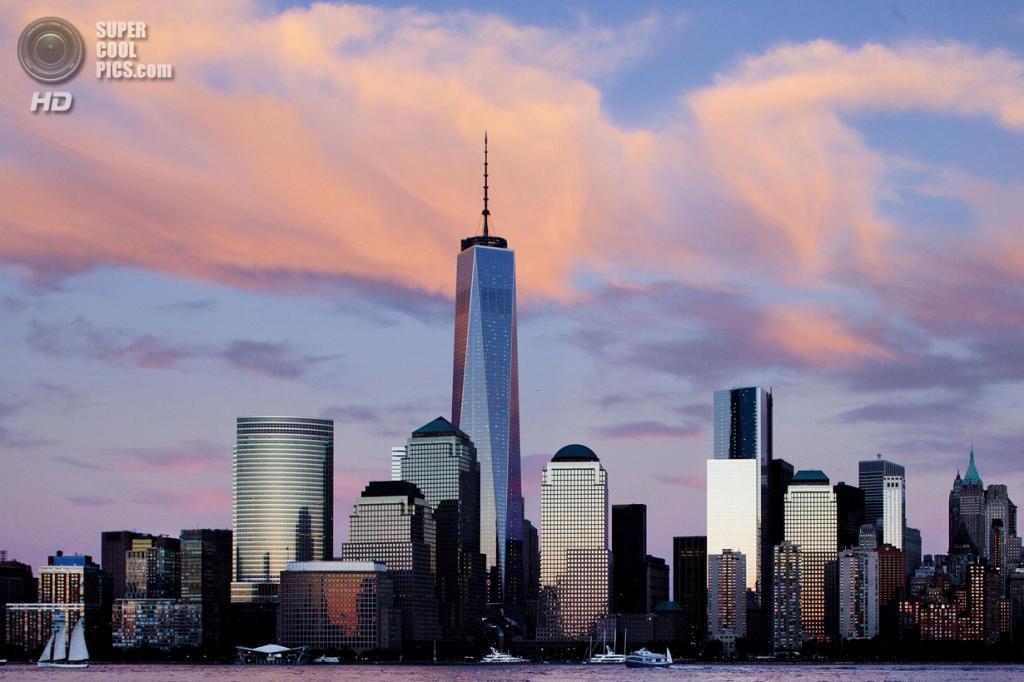 США. Нью-Йорк. Вид на нижний Манхэттен. 11 сентября. Башня свободы - центральное здание в новом Всемирном торговом комплексе, его считают приемником разрушенных башен-близнецов. (Foto AP / Mark Lennihan)