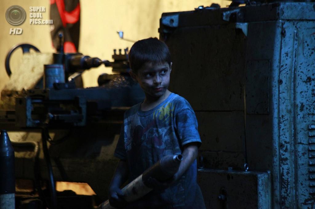 Исса с миномётным снарядом. ( Foto Reuters / Hamid Khatib)