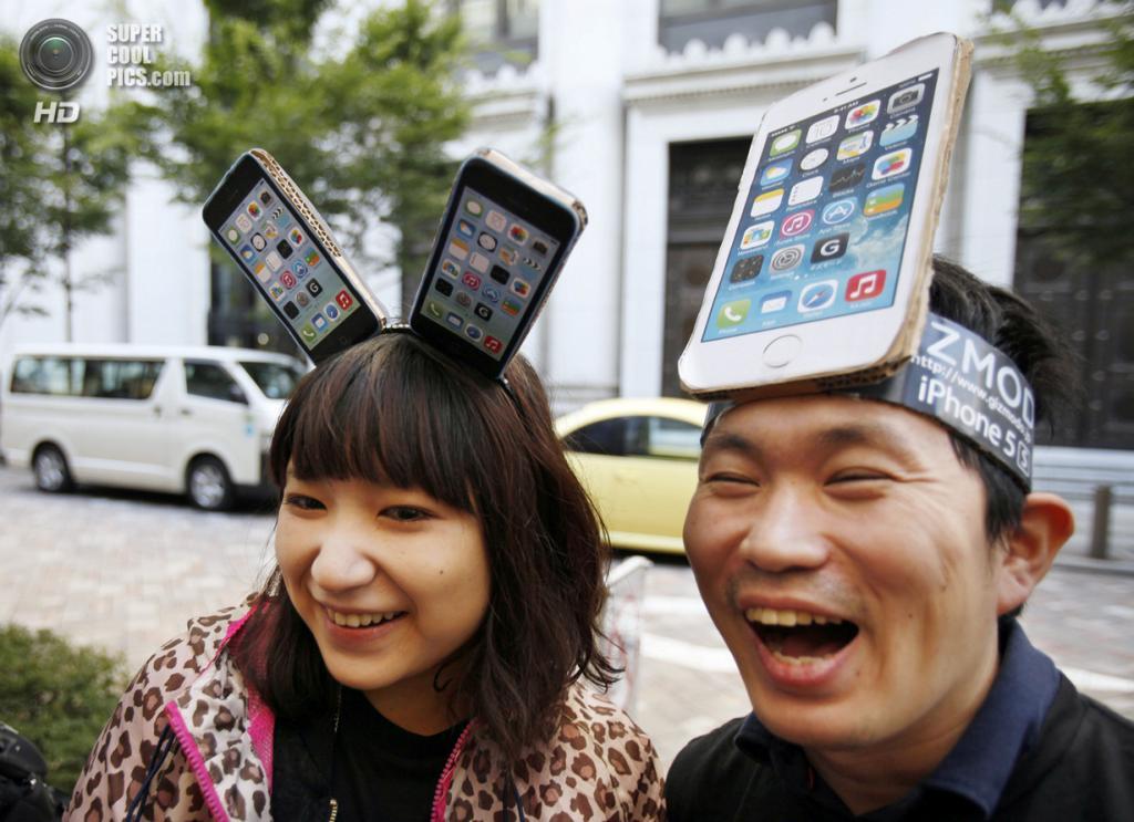 Япония. Токио. 20 сентября. Юи Касима (слева) и Нобухико Мацуда ждут в очереди у Apple Store. (AP Photo/Koji Sasahara)