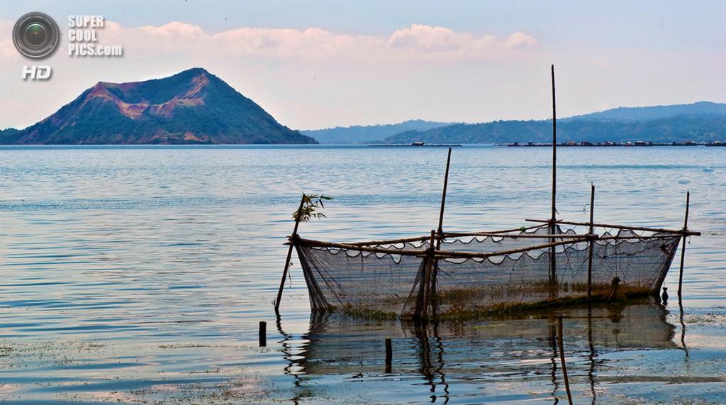 Филиппины. Батангас. Вулкан Тааль и близлежащее озеро. (Salim Al-Harthy)