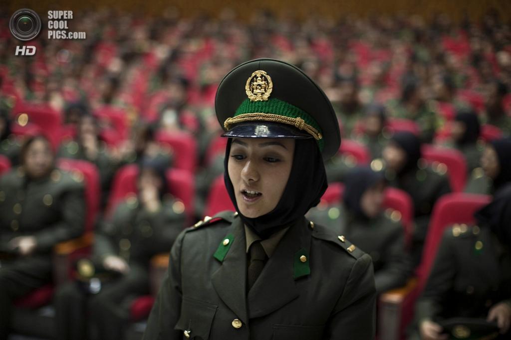 Афганистан. Кабул. 23 сентября 2010 года. Одна из 29 выпускниц военной академии, которые стали первыми женщинами на службе Афганской национальной армии. (REUTERS/Ahmad Masood)
