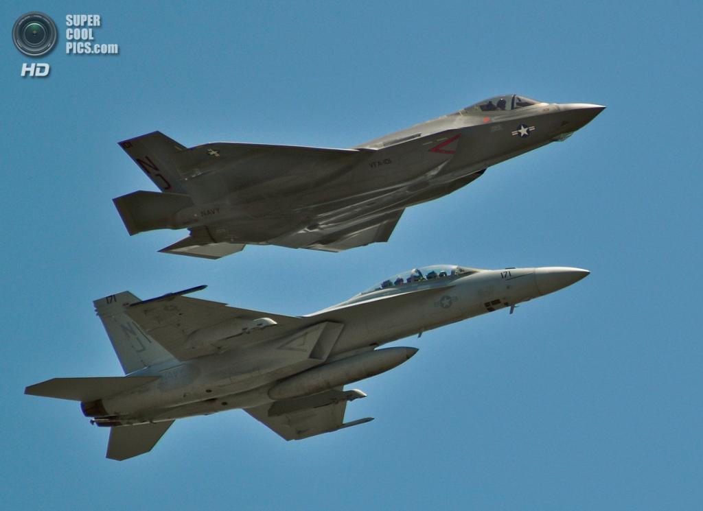Lockheed Martin F-35C Lightning II и Boeing F/A-18E/F Super Hornet. (U.S. Air Force/Maj. Karen Roganov)