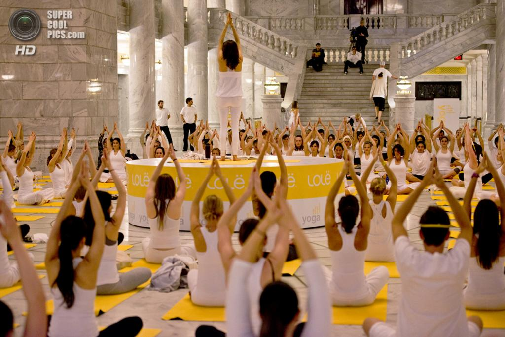 Франция. Париж. 1 сентября. Во время группового занятия йогой в Большом дворце. (Lolë White Yoga Tour)