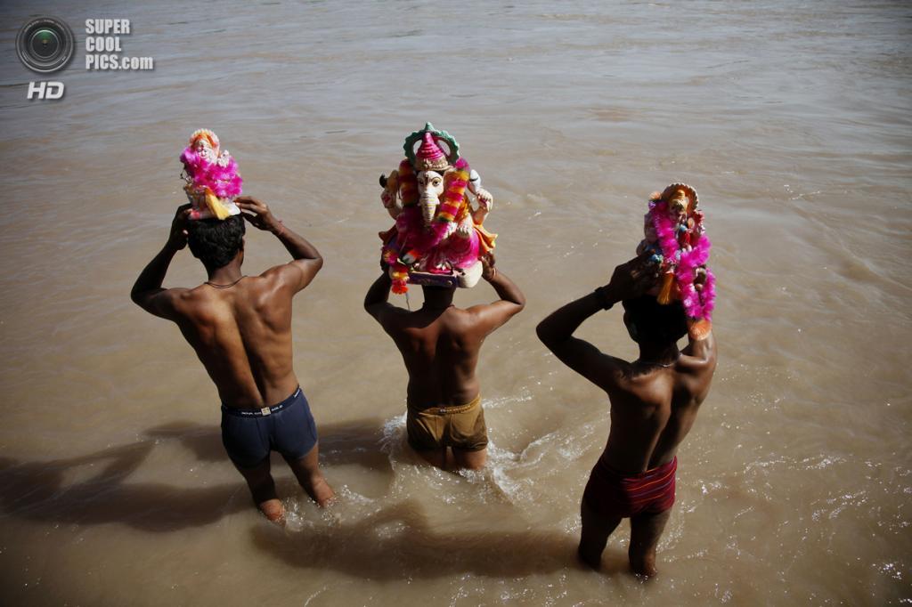 Индия. Ахнур, Джамму и Кашмир. 16 сентября. Во время фестиваля Ганеша-чатуртхи. (AP Photo/Channi Anand)