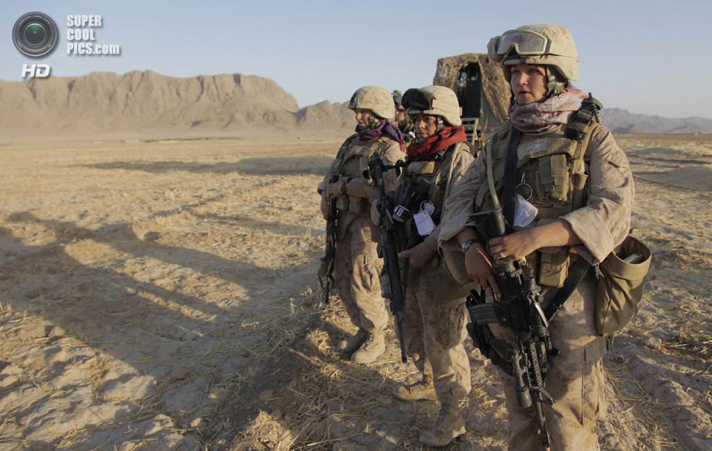 Афганистан. Гильменд. 10 августа 2009 года. Американские морские пехотинцы ждут сигнала к началу патрулирования. (AP Photo/Julie Jacobson)
