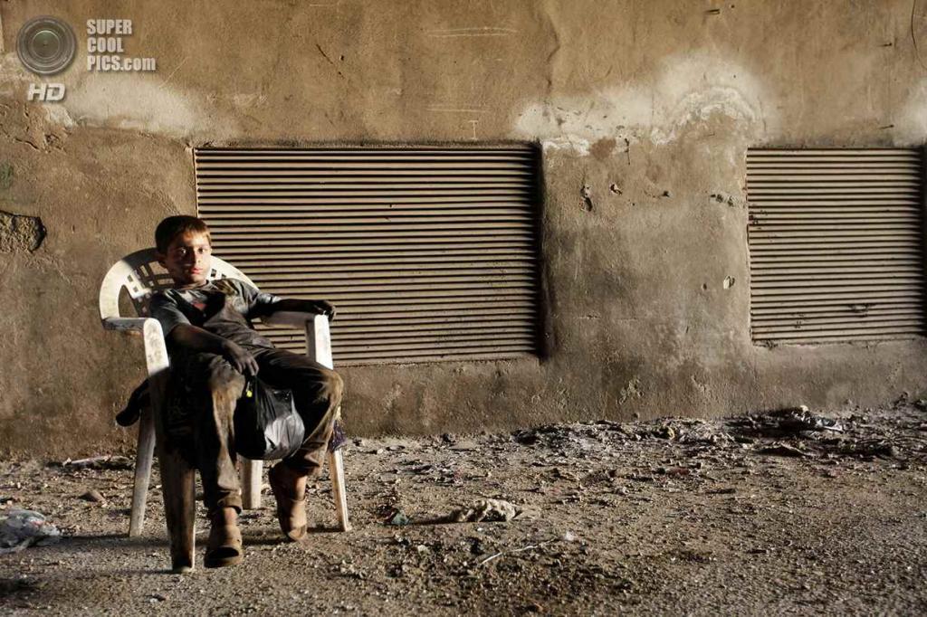Исса отдыхает после работы на пластиковом стуле. (Foto Reuters / Hamid Khatib)