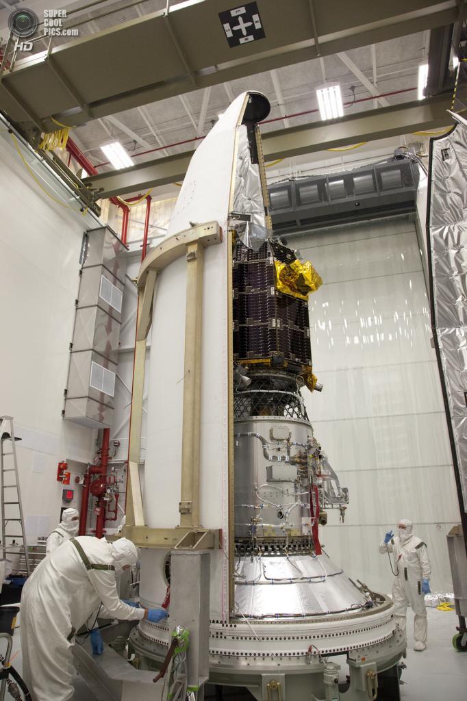 США. Уоллопс, Виргиния. Инженеры НАСА инкапсулируют космический аппарат LADEE. (NASA Wallops/Terry Zaperach)