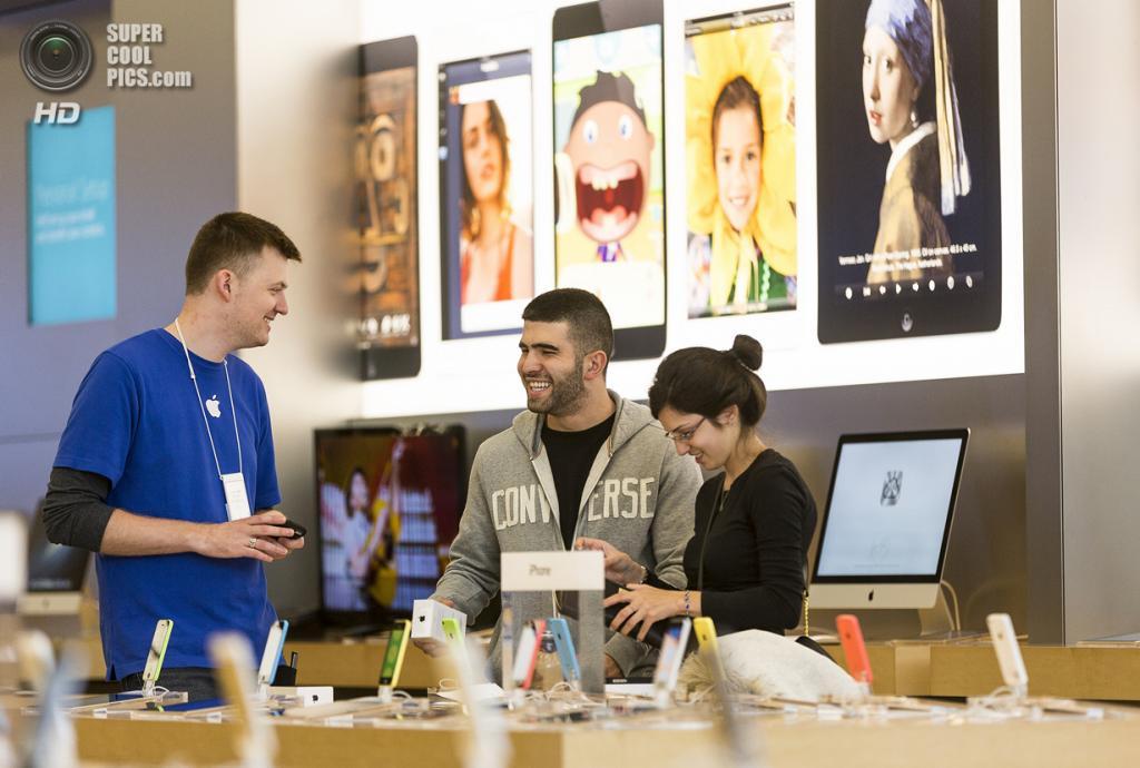 США. Глендейл, Калифорния. 20 сентября. Посетители Apple Store общаются с консультантами. (AP Photo/Damian Dovarganes)