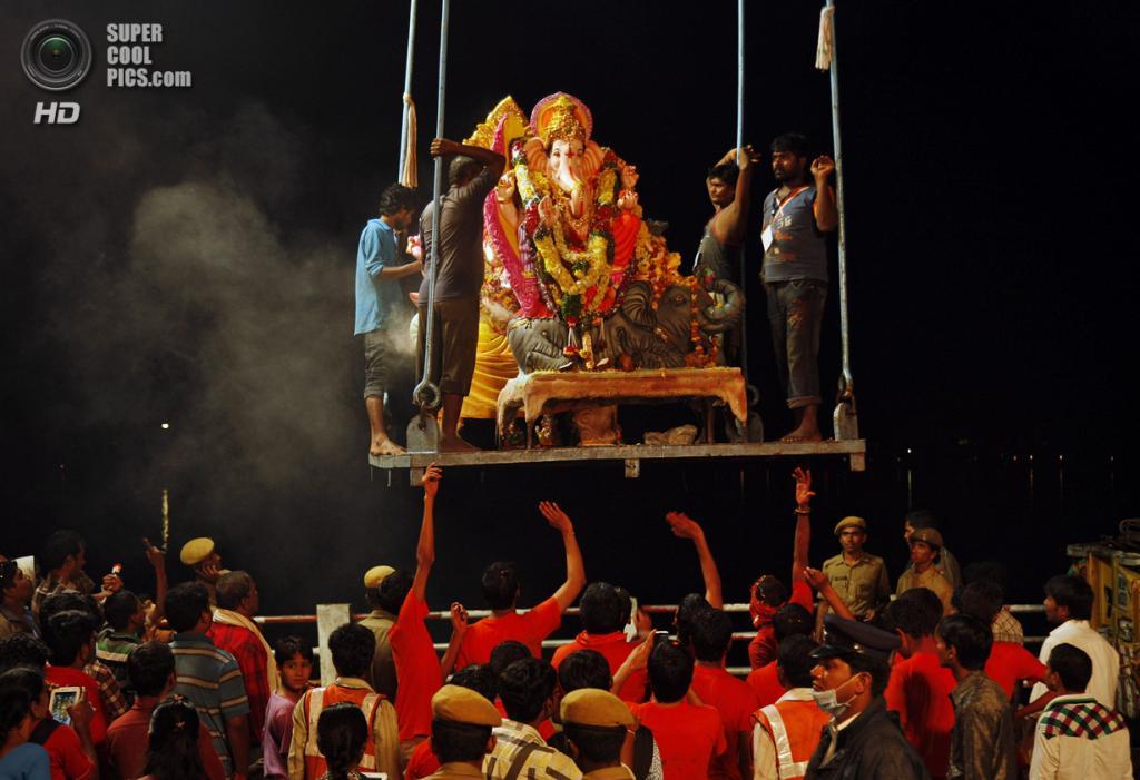 Индия. Хайдарабад, Андхра-Прадеш. 16 сентября. Во время фестиваля Ганеша-чатуртхи. (AP Photo/Mahesh Kumar A.)