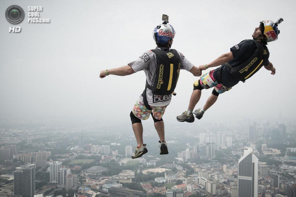Малайзия. Куала-Лумпур. 27 сентября. Бейсджампинг с 300-метровой открытой площадки телебашни Менара Куала-Лумпур. (MOHD RASFAN/AFP/Getty Images)