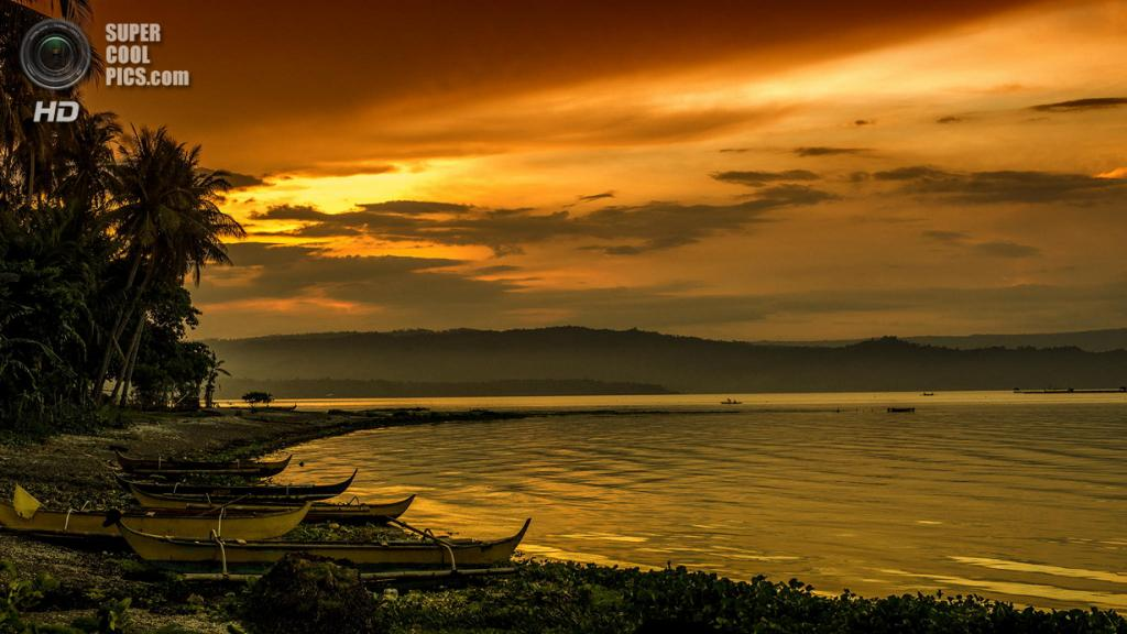 Филиппины. Батангас. Вулкан Тааль и близлежащее озеро. (Jonathan Malit)