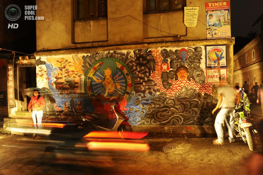 Непал. Катманду. 19 августа. Стрит-арт на религиозную, абстрактную и социальную тематику, нарисованный в рамках специального творческого проекта. (PRAKASH MATHEMA/AFP/Getty Images)