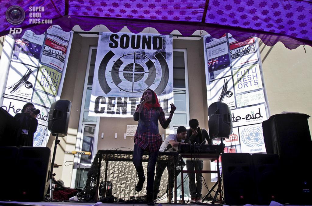 Афганистан. Кабул. 1 мая 2013 года. Афганская исполнительница хип-хопа во время выступления на единственном арт-фестивале страны в школе Эстегляль. (AP Photo/Ahmad Jamshid)