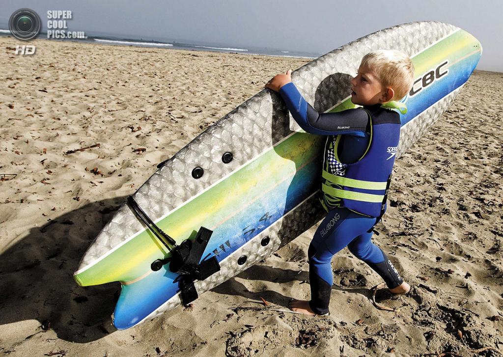 США. Морро-Бэй, Калифорния. 29 августа. Трёхлетний сёрфер Тристон Гейли. (Joe Johnston/The Tribune of San Luis Obispo)