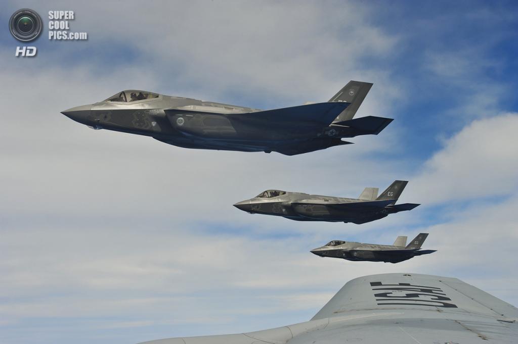 Звено Lockheed Martin F-35A Lightning II 58-й эскадрильи ВВС США в тренировочном полёте. (U.S. Air Force/Master Sgt. Donald R. Allen)